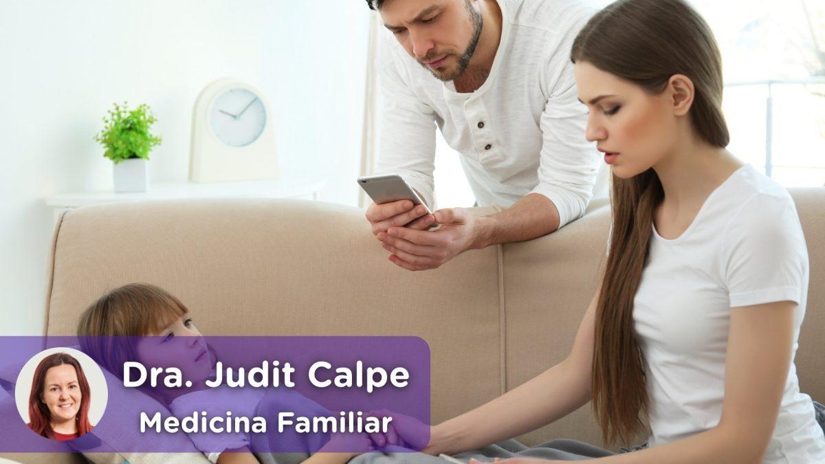 madre mirando la fiebre de su hija, hijo, niño, niña y padre hablando con el doctor por el chat médico