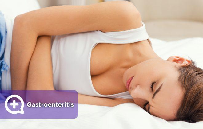 Mujer con dolor abdominal, gastroenteritis, tendida en la cama con fiebre, vómitos y diarrea_ok