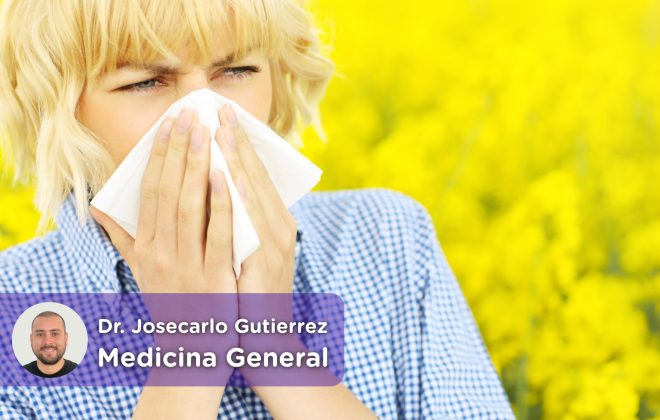 mujer estornudando por la alergia al polen en primavera