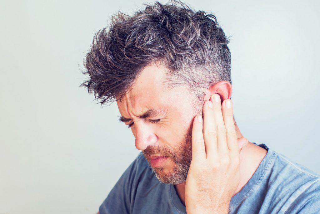 Otitis externa, inflamación del canal auditivo, dolor, fiebre, malestar. verano, piscina. mediQuo, tu amigo médico. Chat médico.