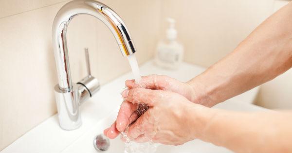 lavar manos. No toques a mi bebé. Vía de contacto, las manos, portadoras de virus y bacterias. MediQuo, tu amigo médico. Chat médico. Pediatría.