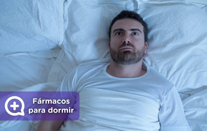 Hombre que no consigue dormir. Fármacos para dormir. precaución, insomnio. Mediquo, tu amigo médico. Chat médico.